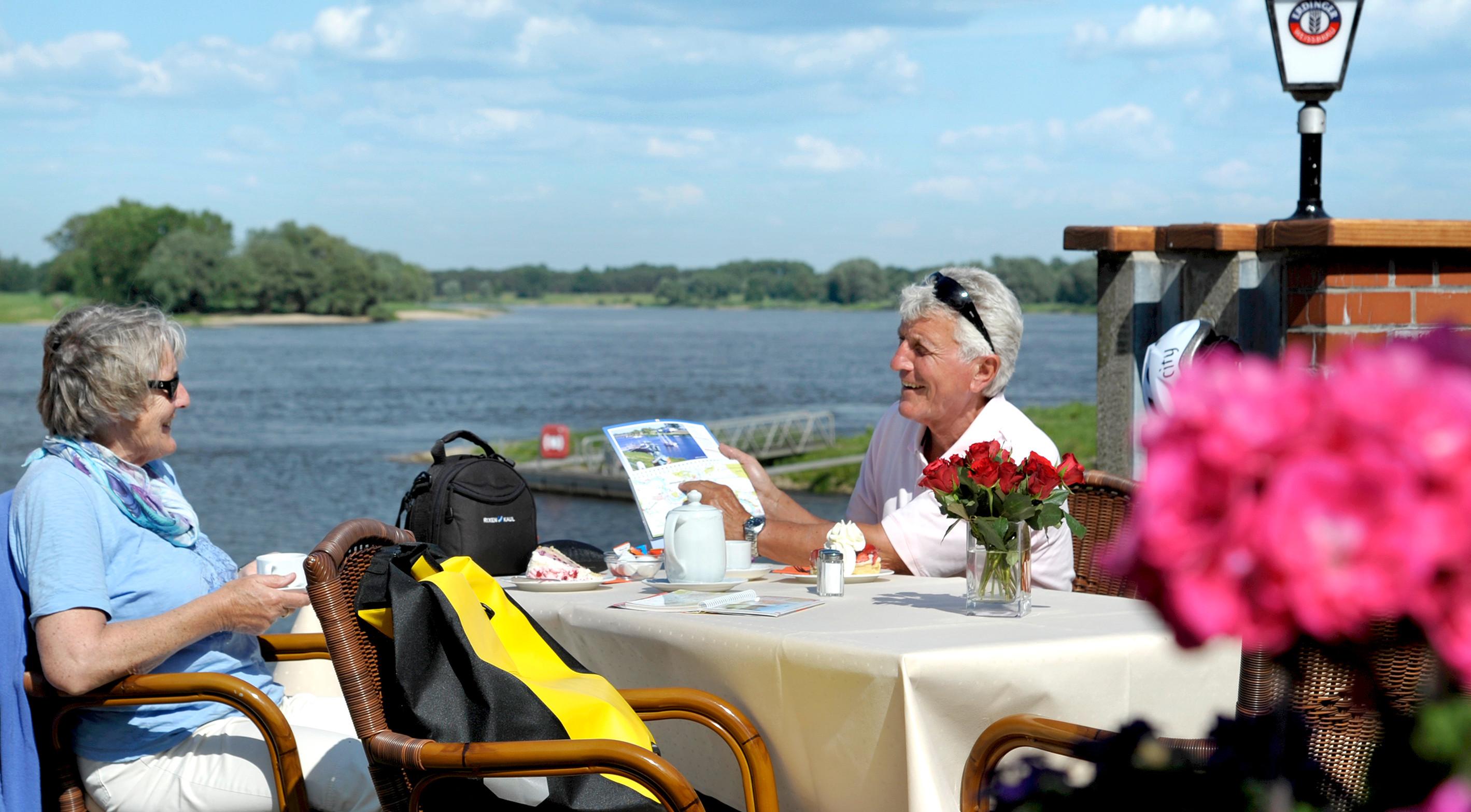 Informationsbesprechung von Radlern in einem Restaurant am Elberadweg bei Wussegel