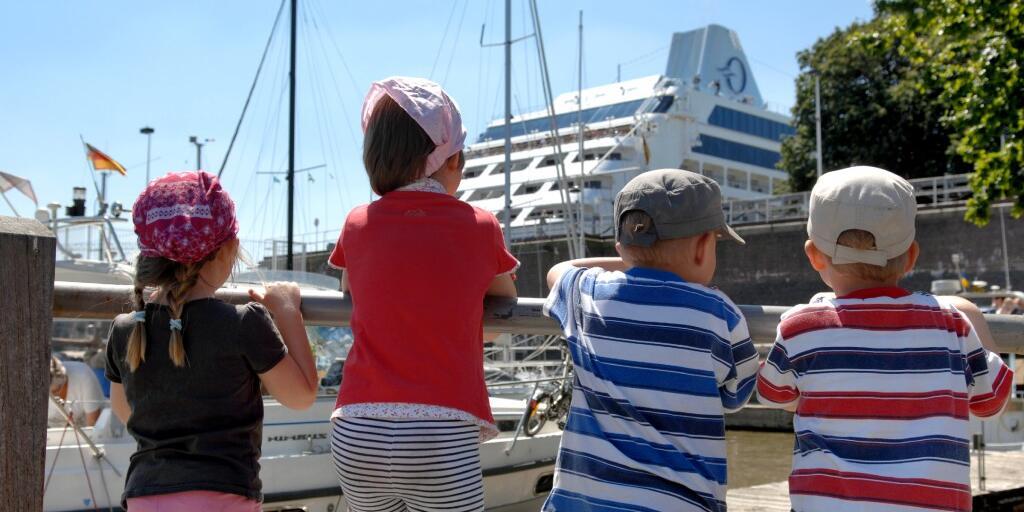 Ab Hamburg kann man den großen Schiffen zusehen: Aufgregung pur- wenn die großen Pötte so nah sind